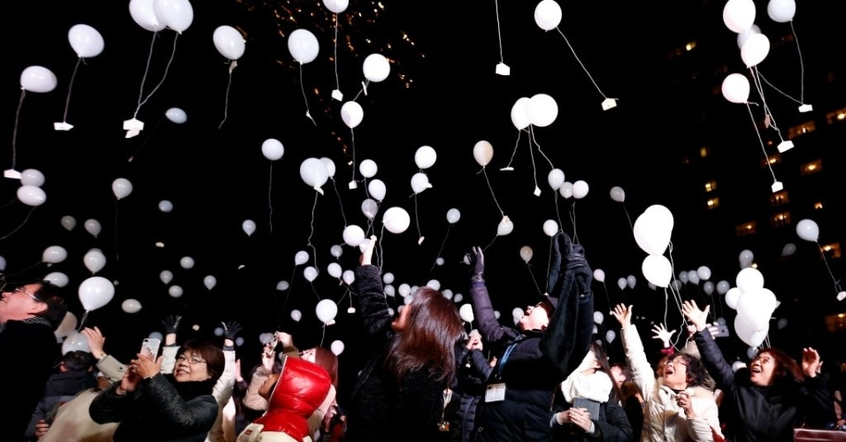 Pedestres soltam balões brancos para celebrar a chegada do Ano-Novo no Japão