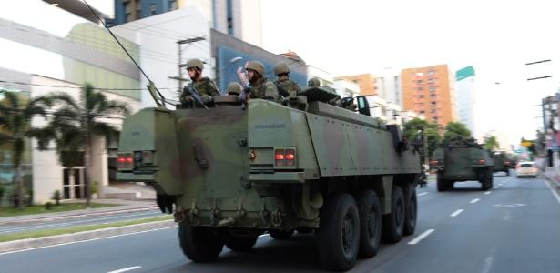 Durante a paralisação dos policiais militares, tanques do Exército patrulham Vitória