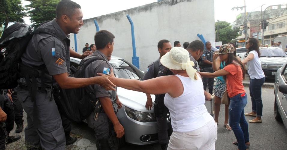 10.fev.2017 - Mulheres de policiais militares protestam em frente ao portão da CPP (Coordenadoria de Polícia Pacificadora) em Ramos, na zona norte do Rio. Elas reivindicam melhores salários e condições de trabalho para os agentes, cobram o 13° pagamento de 2016 e gratificações atrasadas