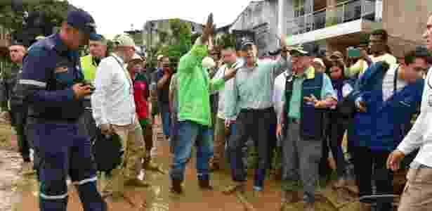 1º.abr.2017 - O presidente da Colômbia, Juan Manuel Santos (centro), visita área afetada pelas chuvas em Mocoa, no departamento de Putumayo - Presidência da Colômbia/Cesar Carrión/AFP - Presidência da Colômbia/Cesar Carrión/AFP
