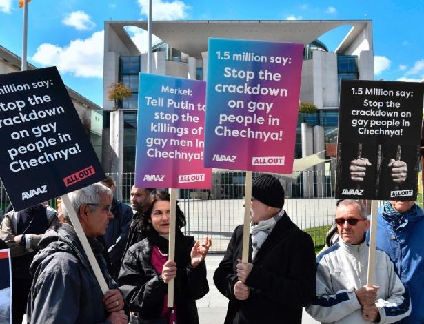 Ativistas protestam contra a perseguição aos gays na Tchetchênia, em frente a Chancelaria em Berlim, durante encontro entre a chanceler alemã Angela Merkel e o presidente da Rússia Vladimir Putin