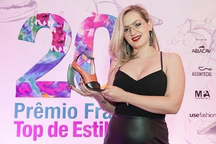 A designer de moda Camila Alves, fundadora da marca de calçados Milla