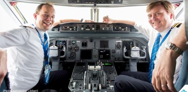 O rei da Holanda, Willem-Alexander (dir), como copiloto em voo da KLM