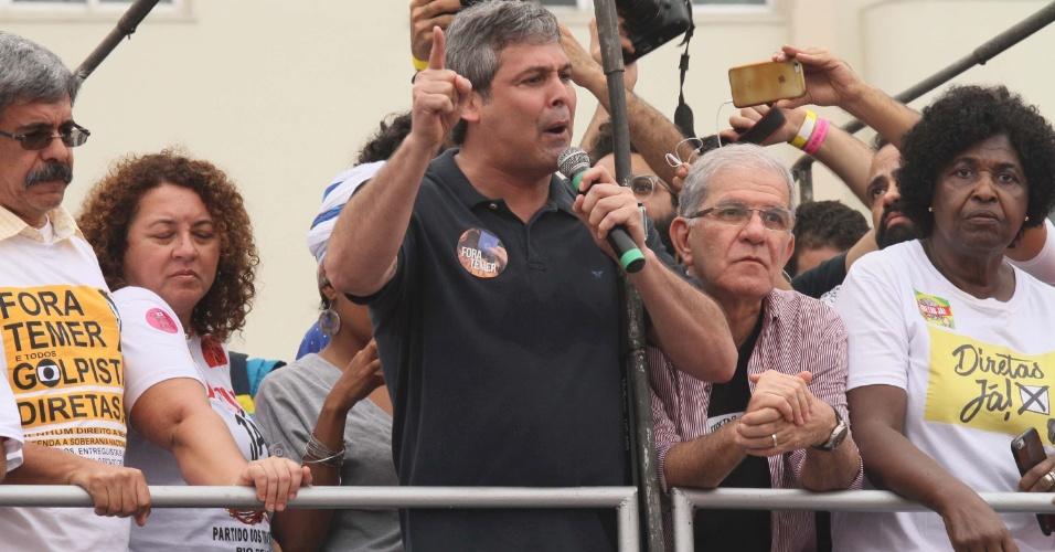 28.mai.2017 - Presente no movimento de Diretas Já em 1980, o senador Lindbergh Farias (PT-RJ) também discursou em favor da saída de Temer
