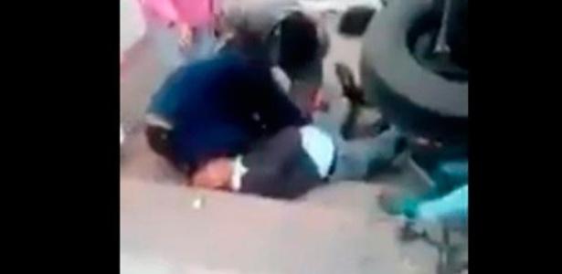 Vídeo mostra o que parece ser flagrante de roubo de pertences de vítimas de acidente