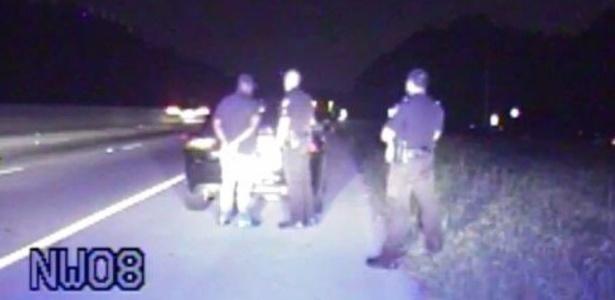 Policiais de Alpharetta (EUA) param motorista que trafegava a 180 km/h na estrada - Divulgação/Twitter