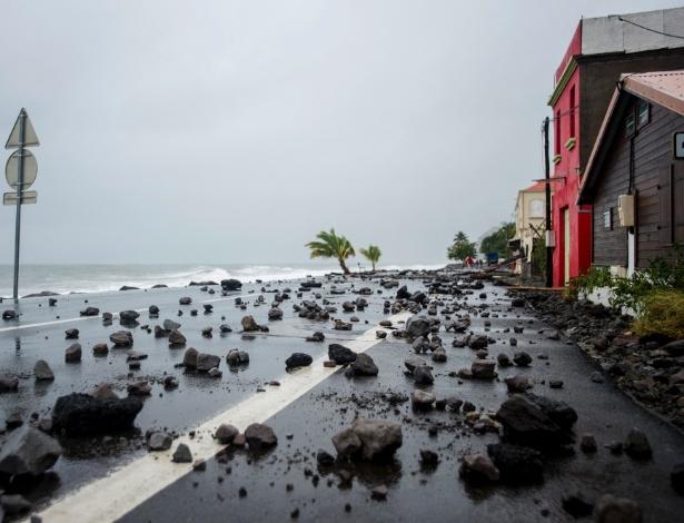 Rua fica coberta de rochas após as fortes ondas causadas pelo furacão Maria atingirem a ilha de Martinique