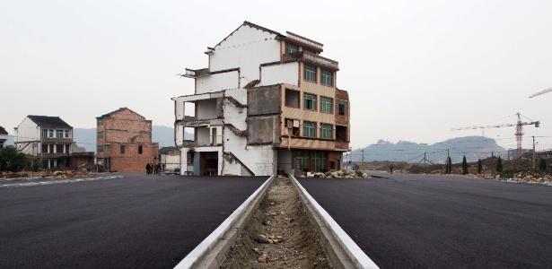 """As chamadas """"casas prego"""" são comuns na China; há resistência de seus proprietários em aceitar as indenizações oferecidas para que sejam demolidas"""