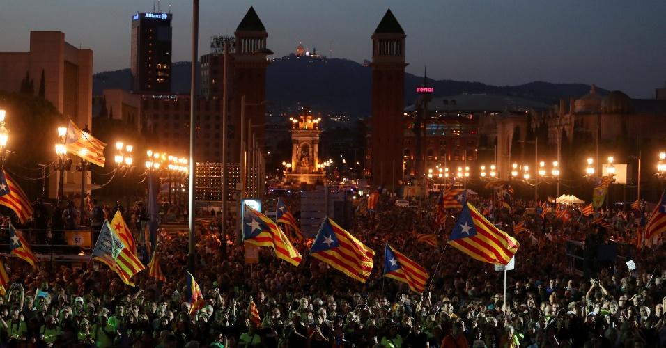29.set.2017 - Manifestantes pró-indepedência da Catalunha exibem a bandeira estrelada, símbolo do separatismo catalão, durante ato em Barcelona a favor do referendo de domingo