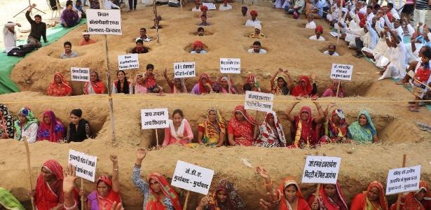 Manifestantes protestam contra a decisão do governo indiano de expropriar terras no Estado do Rajastão; 1.500 famílias de agricultores seriam afetadas com expropriação
