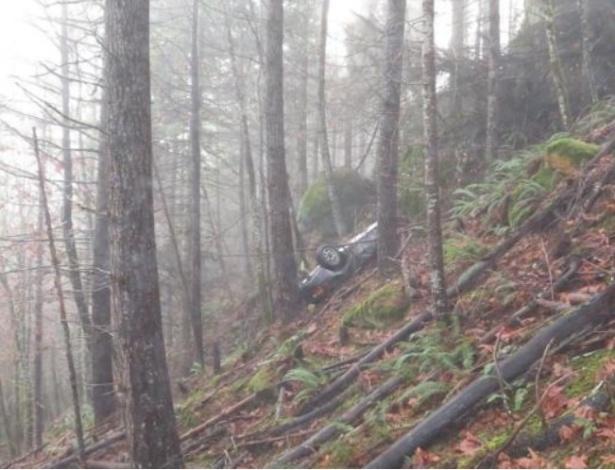 O carro roubado foi encontrado em um penhasco