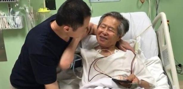 Kenji Fujimori (à esquerda) foi ao hospital em que o pai está internado dar a notícia do perdão presidência