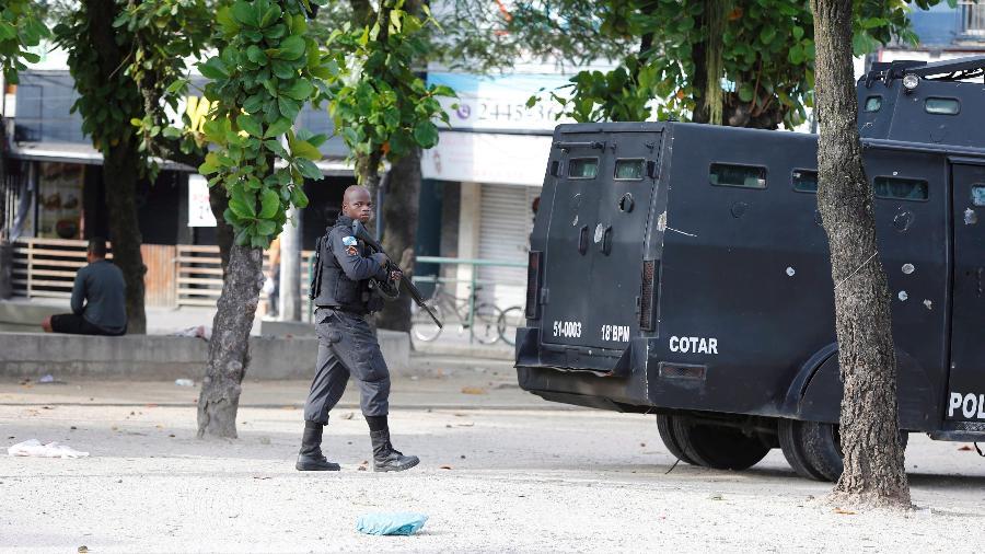 A Polícia Militar do Rio faz operação para reprimir criminosos na Cidade de Deus - Domingos Peixoto -2.fev.2018/Agência O Globo