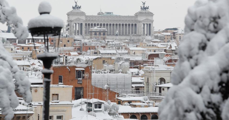 26.fev.2018 - Telhados ficam cobertos de neve em Roma, Itália