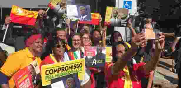 Militantes da Negritude Socialista Brasileira levam cartazes de apoio a Joaquim Barbosa - Kleyton Amorim/UOL