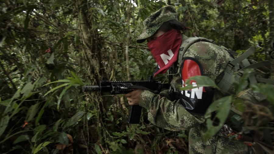 Integrante do grupo guerrilheiro ELN em patrulha no distrito de Chocó, na Colômbia - Xinhua/Jhon Paz