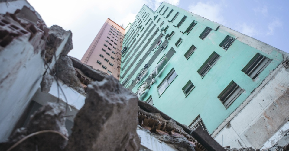 3.mai.2018 - Os prédios vizinhos ao que desabou no centro de São Paulo também foram afetados pelo incidente