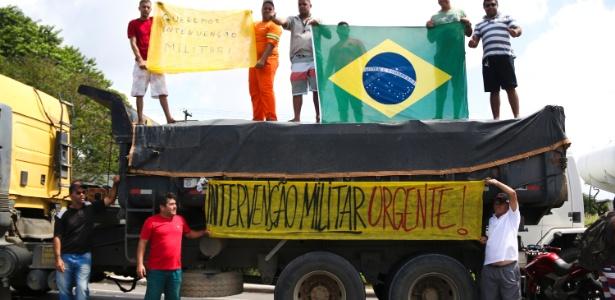 Parte dos caminhoneiros defende intervenção militar