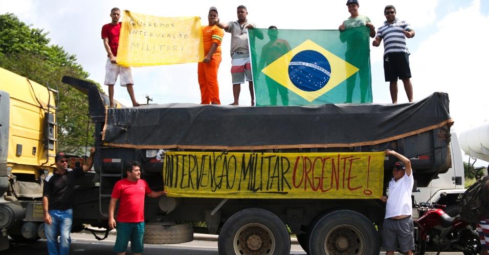 Caminhoneiros pedem intervenção militar contra o Governo Federal em João Pessoa (PB)