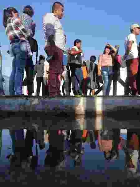 Imigrantes venezuelanos aguardando na fila do centro de triagem para concessão de documentos em Paracaima, Roraima; de acordo com a ONU, o êxodo de venezuelanos é um dos maiores da história da América Latina - NILTON FUKUDA/ESTADÃO CONTEÚDO