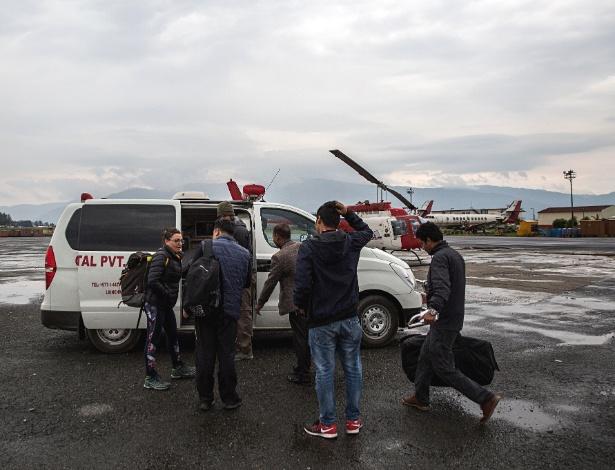 Praticantes de trekking que foram evacuados do Monte Everest de helicóptero entram em uma ambulância no Aeroporto Internacional de Tribhuvan em Kathmandu, Nepal - Lauren DeCicca/The New York Times