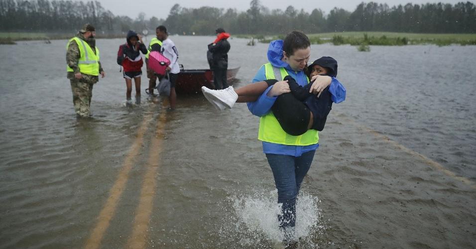 14.set.2018 - Volunetários ajudam a resgatar três crianças de sua casa inundada em James City. O furacão Florence atingiu a Carolina do Norte como uma tempestade de categoria 1 e as enchentes provocadas pelas fortes chuvas estão forçando centenas de pessoas a pedir resgates de emergência na área de New Bern, na Carolina do Norte