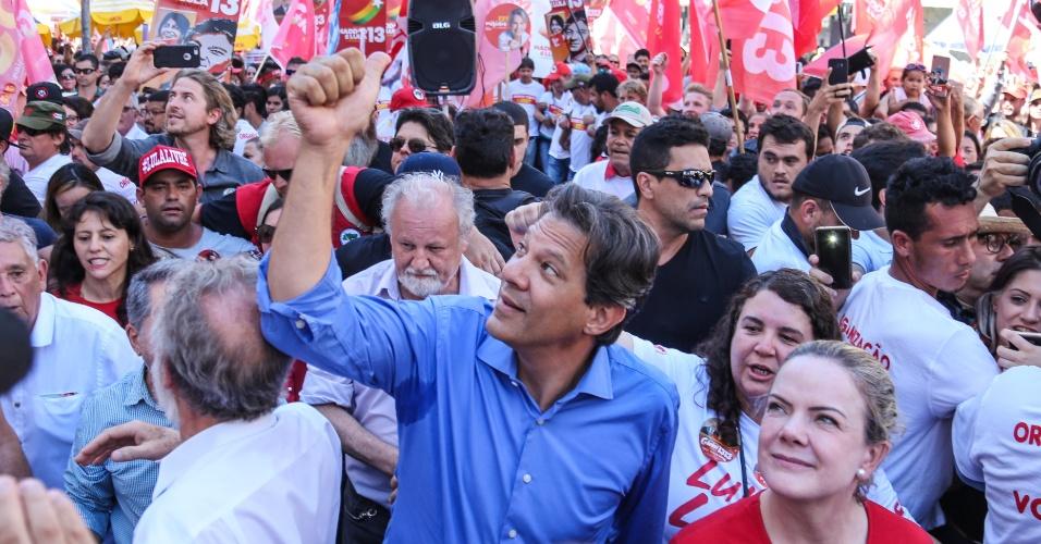 1.out.2018 - O candidato do PT à Presidência da República, Fernando Haddad, faz campanha no centro de Curitiba (PR), nesta segunda-feira, 1º. Pela manhã, ele visitou o ex-presidente Lula, preso na Superintendência da Polícia Federal