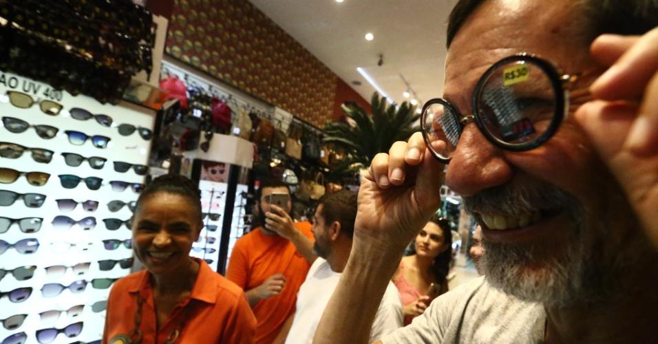 3.out.2018 - A candidata da Rede à Presidência da República, Marina Silva, acompanhada de seu vice Eduardo Jorge (PV), faz campanha e caminhada no comércio popular do Saara, no centro do Rio de Janeiro, na manhã desta quarta-feira