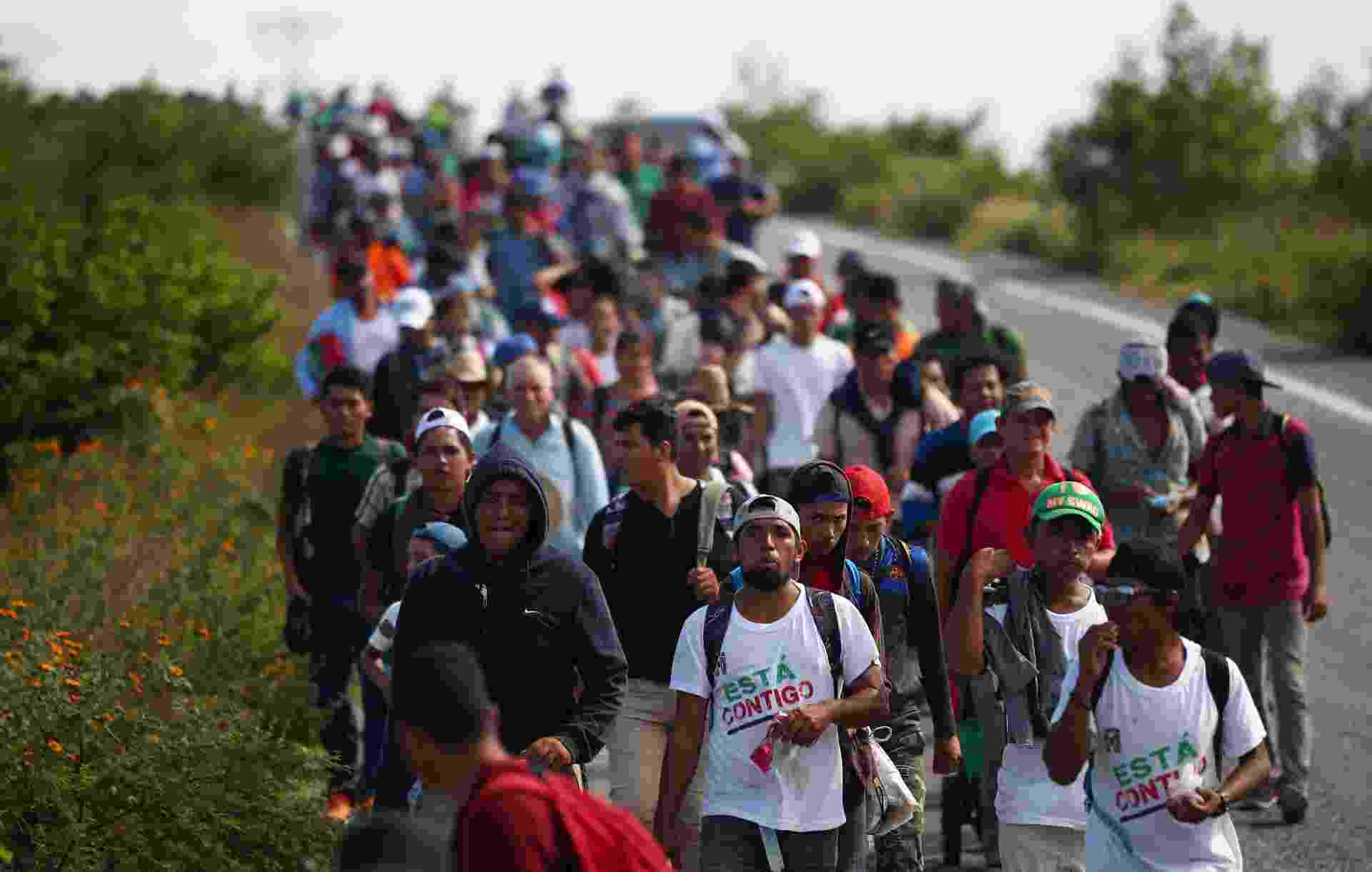 30.out.2018 - Milhares de imigrantes da América Central andam entre Juchitan até Santiago Niltipec, no México, rumo aos Estados Unidos - REUTERS/Hannah McKay