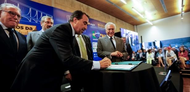 O ministro da Saúde, Gilberto Occhi, assina determinação para publicação de edital para preencher as vagas deixadas pelos médicos cubanos no programa Mais Médicos - Cesar Itiberê/PR