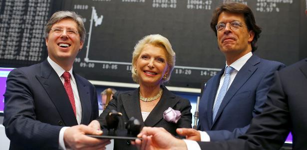 9.out.2015 - Georg Schaeffler (à esq.) e sua mãe, Maria-Elisabeth Schaeffler (centro), comemoram a entrada do grupo alemão que leva o sobrenome da família na Bolsa de Frankfurt