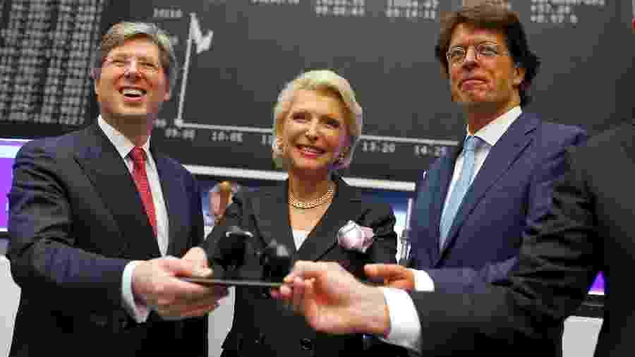 9.out.2015 - Georg Schaeffler (à esq.) e sua mãe, Maria-Elisabeth Schaeffler (centro), comemoram a entrada do grupo alemão que leva o sobrenome da família na Bolsa de Frankfurt - Ralph Orlowski/Reuters