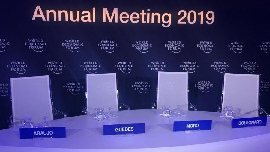 Mesa no centro de imprensa onde aconteceria entrevista coletiva de Jair Bolsonaro com os ministros Sergio Moro, Paulo Guedes e Ernesto Araújo - Luciana Coelho/Folhapress