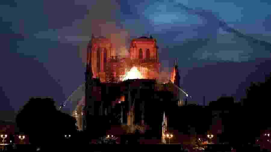 Bombeiros tentam conter as chamas na catedral de Notre-Dame - Reuters