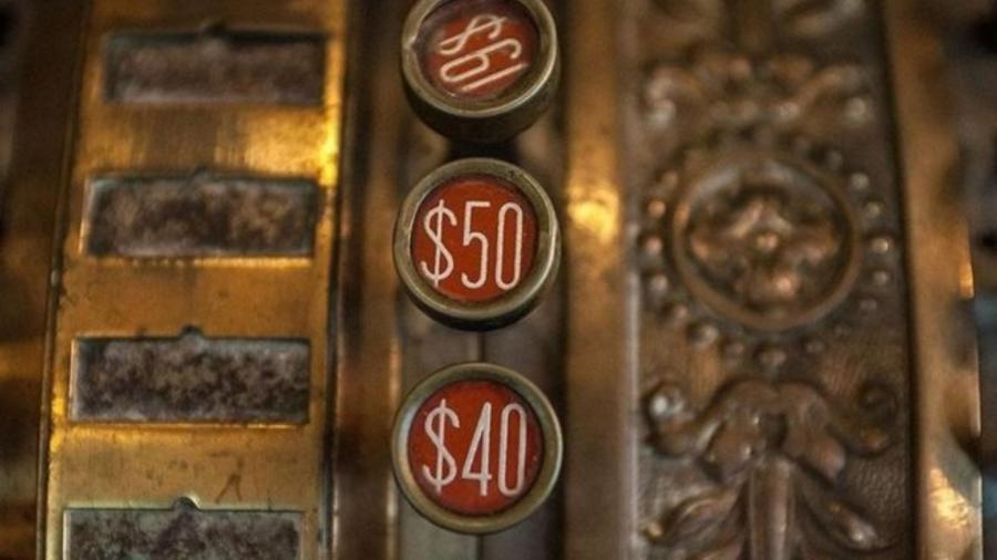 O cifrão hoje é relacionado ao consumismo e à mercantilização - Getty Images