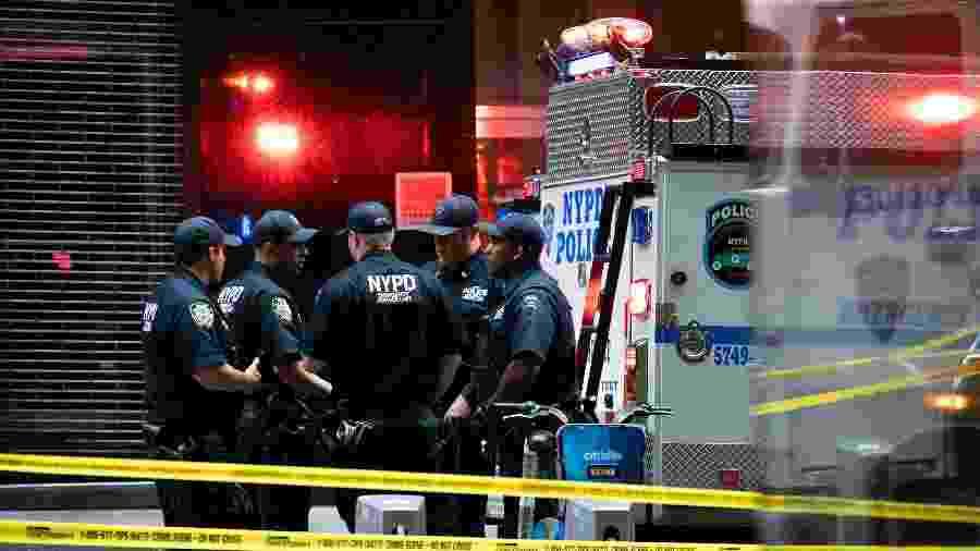 16.ago.2019 - Policiais de Nova York são vistos perto da estação do metrô Fulton Street, onde objetos suspeitos foram encontrados - Jeenah Moon/Reuters