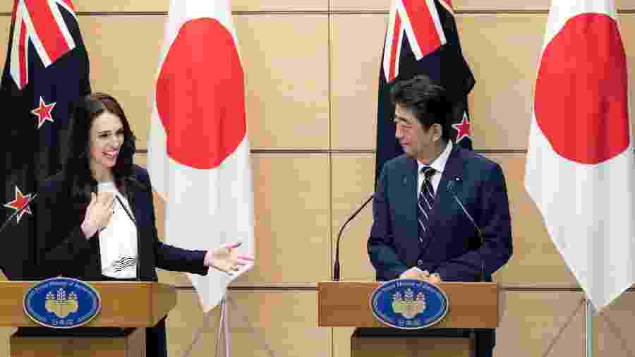 A premiê da Nova Zelândia, Jacinda Ardern, e o primeiro-ministro do Japão, Shinzo Abe, durante coletiva de imprensa em Tóquio - Tomohiro Ohsumi/Getty Images