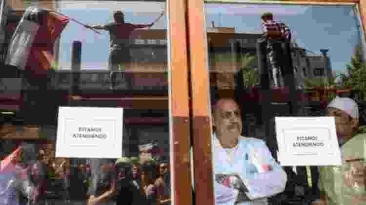 Em meio aos protestos, os donos de alguns restaurantes decidiram continuar atendendo os clientes para tentar evitar mais perdas nas vendas - Getty Images