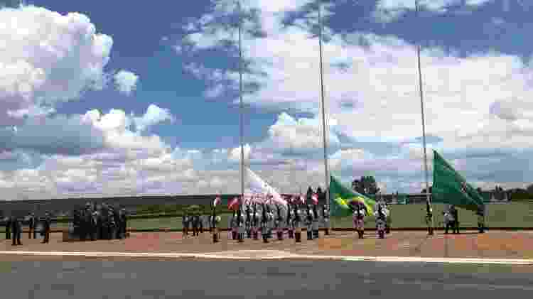 Houve cerimônia de troca da bandeira em frente ao gramado da residência oficial em Brasília - Luciana Amaral/UOL - Luciana Amaral/UOL