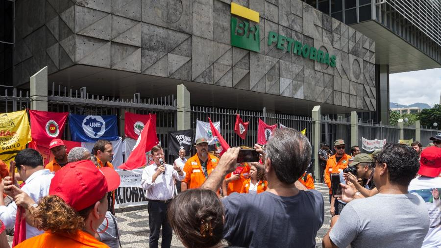 Os trabalhadores da Petrobras que estão em greve desde 1/2/2020 se reuniram em frente à sede da empresa estatal, no centro do Rio de Janeiro, para um ato contra a privatização e demissões em massa - Barbara Dias/AGIF