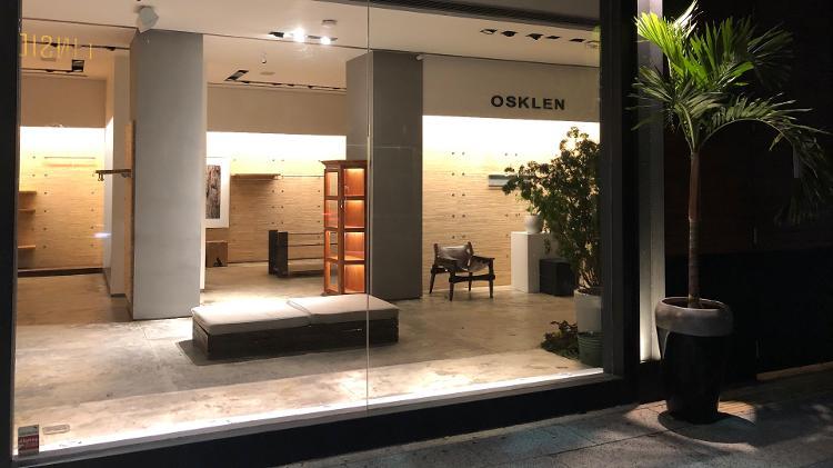 Na Osklen, mantiveram-se apenas mesas, bancos e prateleiras - Paulo Sampaio/UOL