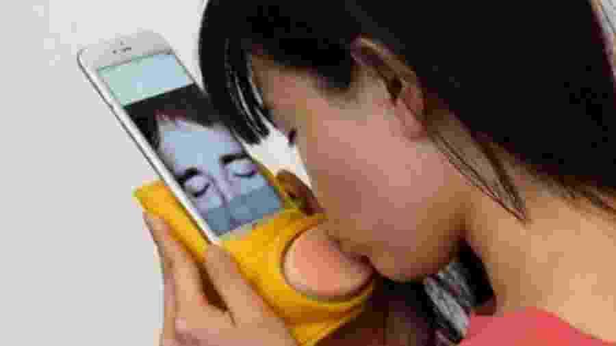 Kissenger, equipamento de beijo por celular - Divulgação