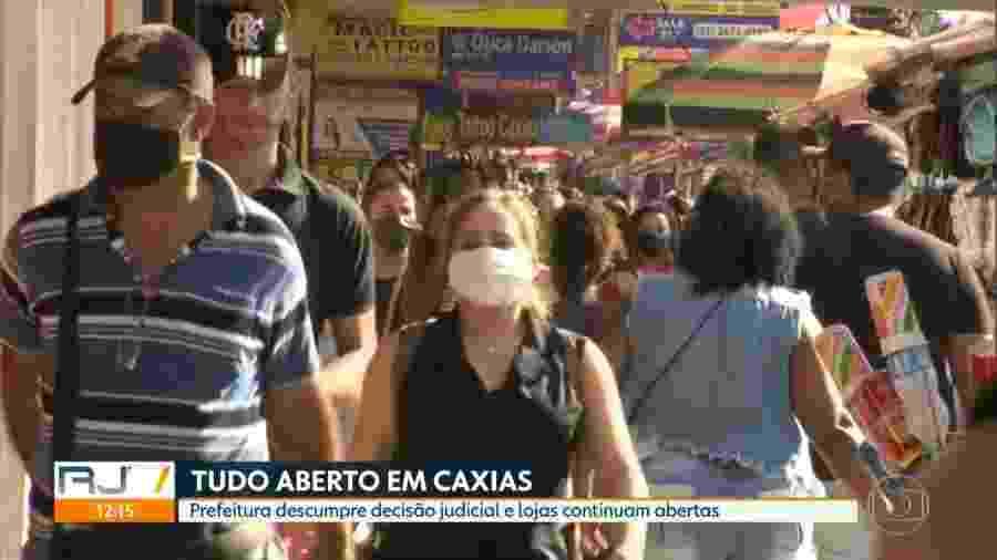 Pessoas circulam em Duque de Caixas em dia de comércio aberto, apesar de proibição judicial - Reprodução/TV Globo