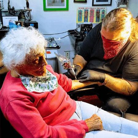 Dorothy Pollack, de 103 anos, fez uma tatuagem após passar a quarentena da covid-19 no Havaí - Reprodução