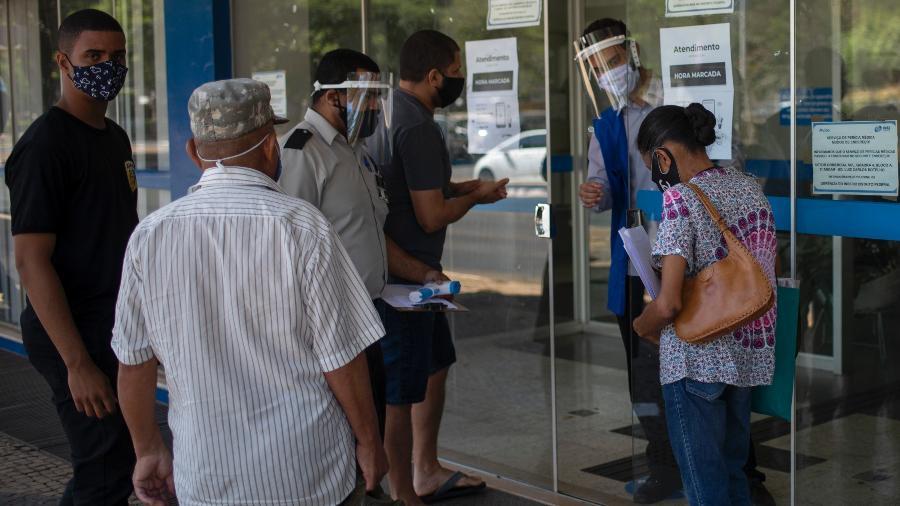 Segurados tentam ser atendidos em agência do INSS em Brasília, no Distrito Federal - Mateus Bonomi/Agif - Agência de Fotografia/Estadão Conteúdo
