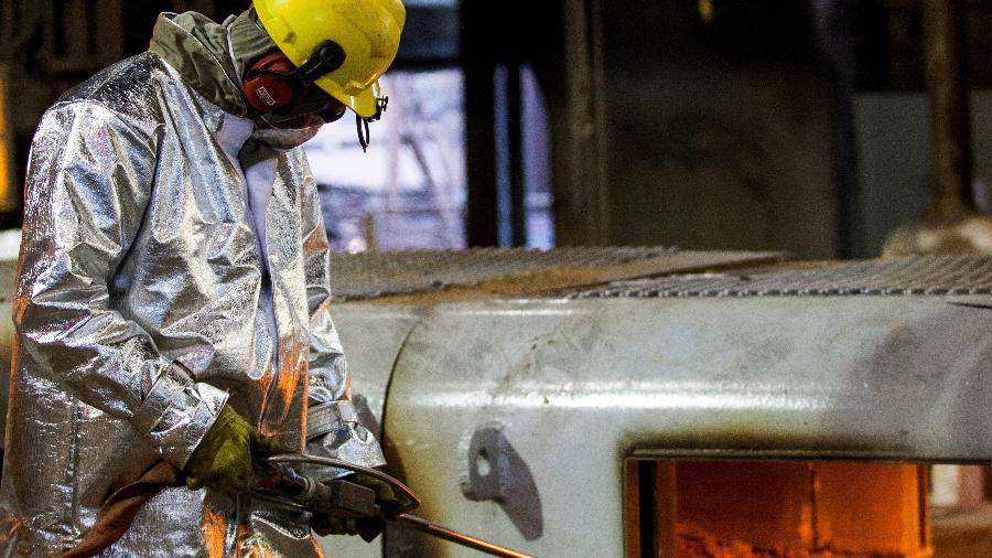 Trabalhador em indústria siderúrgica em Ipatinga (MG) - REUTERS