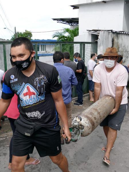 Parentes de pacientes internados nos hospitais, fazem fila para recarregar cilindros de oxigênio na frente de empresa em Manaus - SANDRO PEREIRA/FOTOARENA/ESTADÃO CONTEÚDO