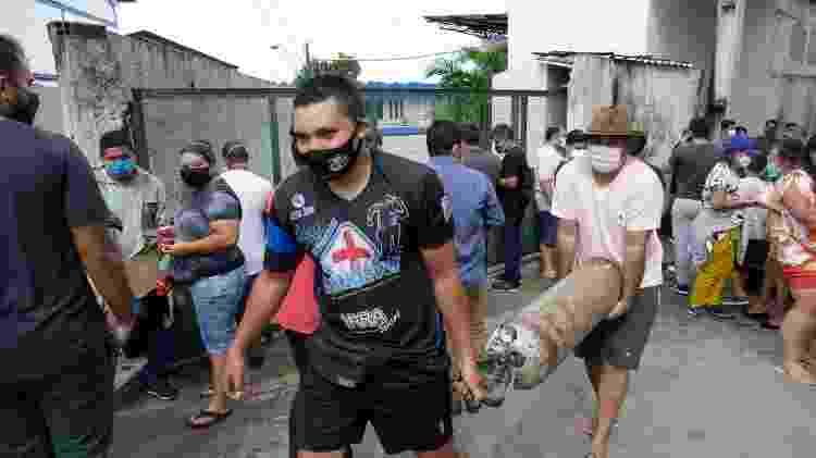 Parentes de pacientes internados nos hospitais, fazem fila para recarregar cilindros de oxigênio na frente de empresa em Manaus - SANDRO PEREIRA/FOTOARENA/ESTADÃO CONTEÚDO - SANDRO PEREIRA/FOTOARENA/ESTADÃO CONTEÚDO