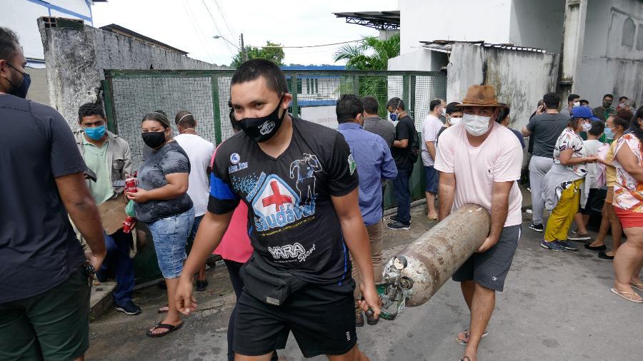 Parentes de pacientes internados nos hospitais fazem fila para recarregar cilindros de oxigênio na frente de empresa em Manaus - SANDRO PEREIRA/FOTOARENA/ESTADÃO CONTEÚDO