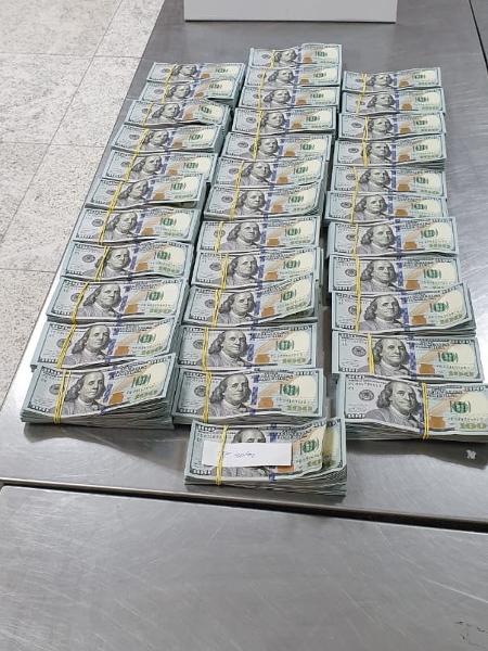 Dinheiro apreendido durante vistoria da Receita Federal em no dia 26 de abril, no Aeroporto Internacional de Guarulhos - Foto: Divulgação/Receita Federal